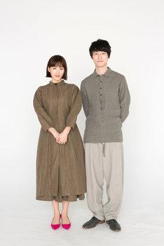 左から綾瀬はるか、坂口健太郎。