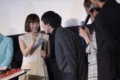 綾瀬はるか(左)が坂口健太郎(右)にケーキを食べさせる様子。