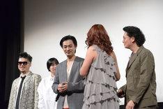 井浦新(右)を勢いよく押しのけ、成田凌(中央左)に迫るLiLiCo(中央右)。