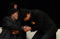 石井裕也(右)と握手をする大林宣彦(左)。