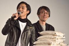左から錦戸亮、吉田大八監督。