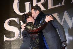 抱擁を交わすキアラ・セトル(左)とヒュー・ジャックマン(右)。