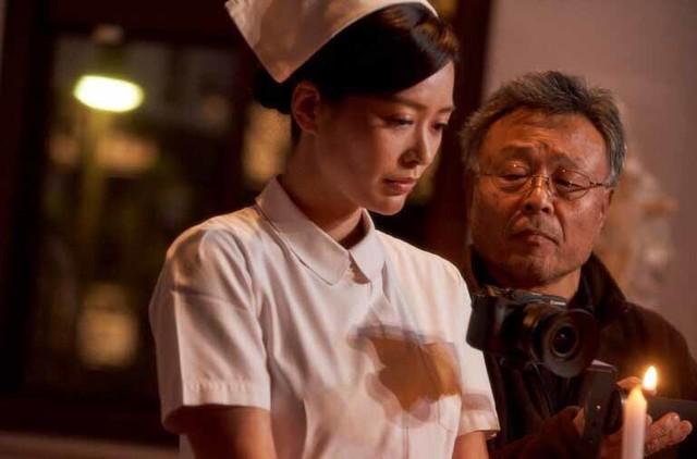 「私は絶対許さない」撮影現場での平塚千瑛(左)、高間賢治(右)。