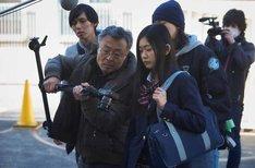 「私は絶対許さない」撮影現場での高間賢治(左)、西川可奈子(右)。