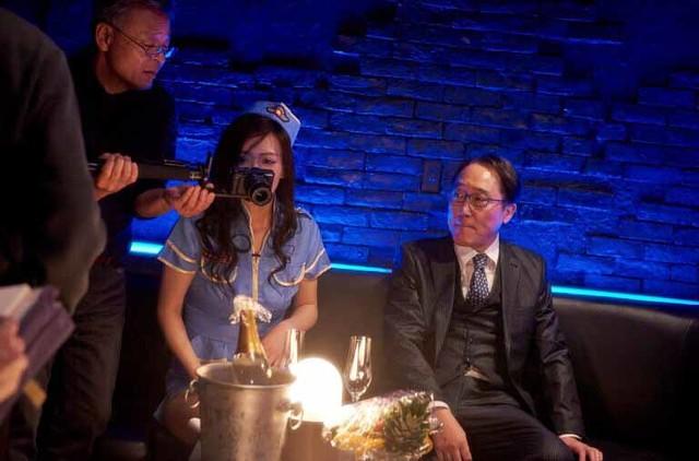 「私は絶対許さない」撮影現場での高間賢治(左)、平塚千瑛(中央)、佐野史郎(右)。