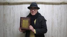 第5回ノイダ国際映画祭審査員特別賞の盾を持った佐野史郎。