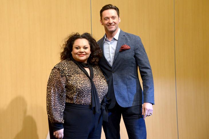「グレイテスト・ショーマン」来日会見に出席したヒュー・ジャックマン(右)とキアラ・セトル(左)。