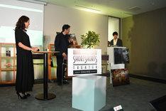 鈴木伸之(右)の登場を受け、歓声を上げるLiLiCo(左)。
