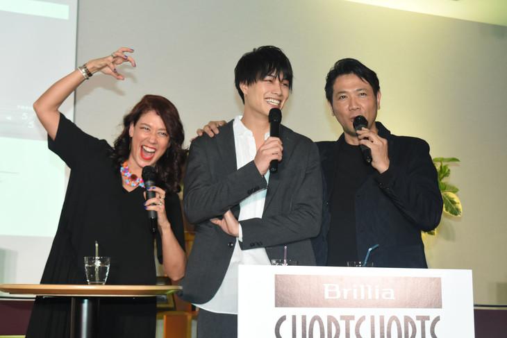 鈴木伸之(中央)と自身を「イケメンと程よいイケメンです」と紹介する別所哲也(右)へ、「じゃあ私はそれを狙う魔女!」と言うLiLiCo(左)。