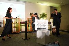 鈴木伸之(中央)が「10年前は15歳なので……」と言うのを聞いて、めまいを起こすLiLiCo(左)と別所哲也(右)。