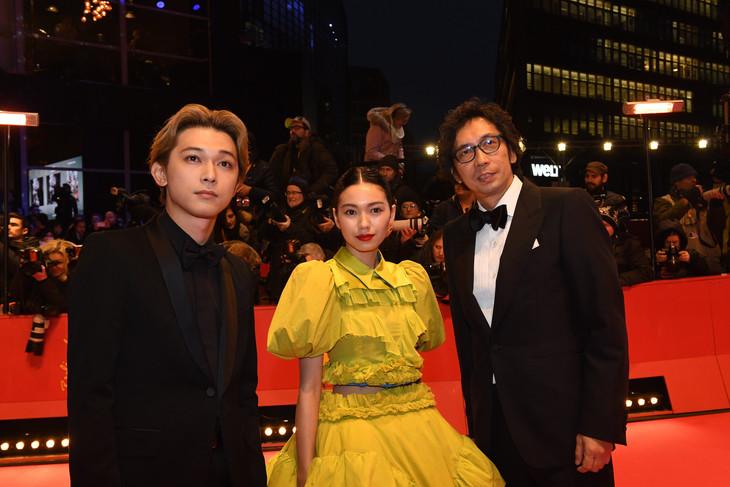第68回ベルリン国際映画祭レッドカーペットイベントの様子。左から吉沢亮、二階堂ふみ、行定勲。