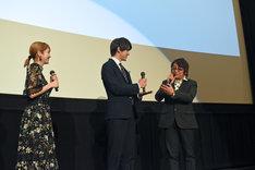 「もし次があったら、もちろんエンディング(曲)は甲斐くんで!」と言う鈴村展弘(右)に、ゴマをする甲斐翔真(中央)。