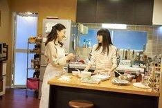 「ママレード・ボーイ」メイキングカット。左から中山美穂、桜井日奈子。