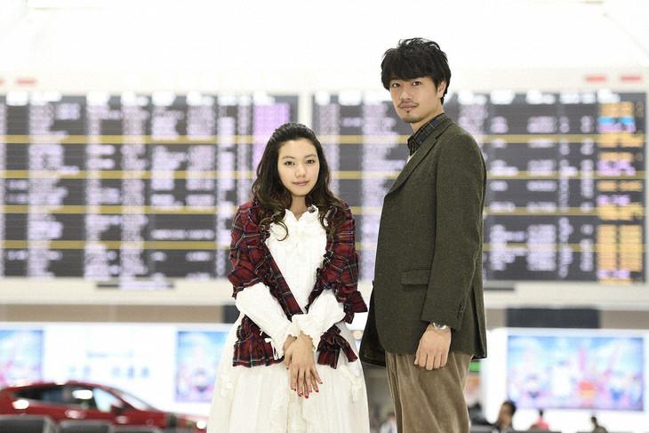 「探偵物語」より、辻山秀一役の斎藤工(右)と新井直美役の二階堂ふみ(左)。