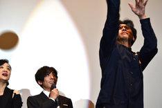 """""""山なり兄さん""""こと村上淳(右)のシュートを見届ける高橋一生(中央)。"""