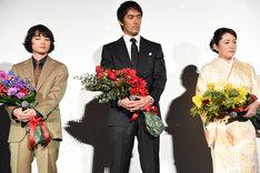 左から染谷将太、阿部寛、松坂慶子。