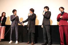 「花は咲くか」初日舞台挨拶の様子。左から谷本佳織、小原唯和、天野浩成、渡邉剣、塩野瑛久。