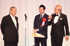 作品賞「アウトレイジ 最終章」を表彰し、配給の担当者に賞状を渡したビートたけし(左)。