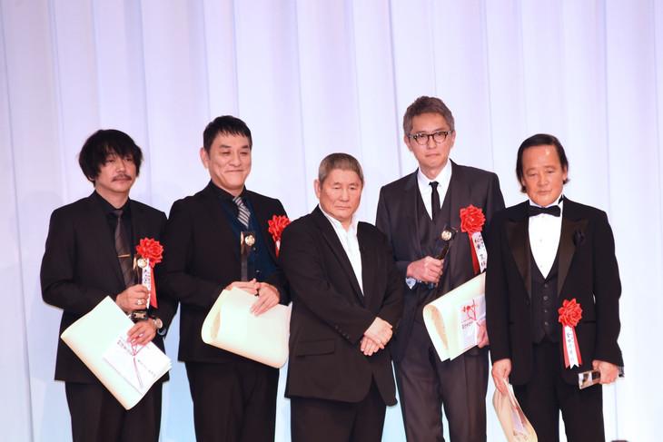 第27回東京スポーツ映画大賞の授賞式にて、左から大森南朋、ピエール瀧、ビートたけし、松重豊、金田時男。