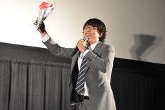 花束を持って再登場した小澤雄太。