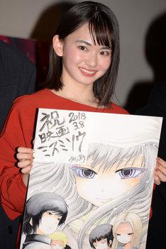 押切蓮介の描き下ろしイラストを手にする山田杏奈。