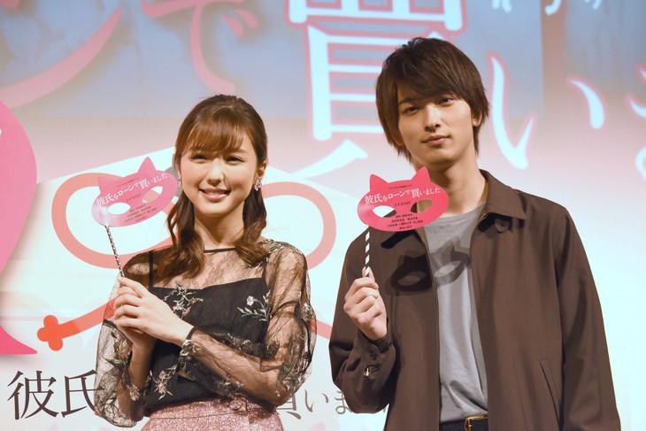 「彼氏をローンで買いました」大ヒット記念舞台挨拶の様子。左から真野恵里菜、横浜流星。