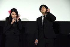 AIBからの電話を受ける長谷川眞優(左)。