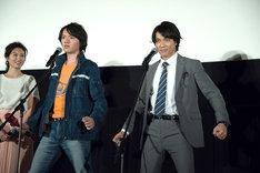 ダブル変身を披露する濱田龍臣(前列左)と小澤雄太(前列右)。