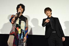 ファンの「ドスケベ」というメッセージボードを発見して笑う斎藤工(左)と岩田剛典(右)。