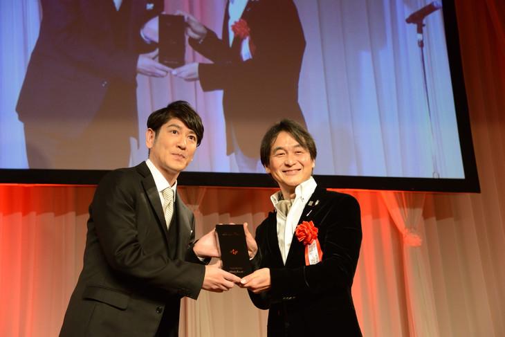 賞を受け取るココリコ田中(左)。