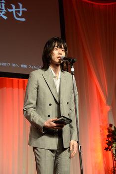 スピーチをする菅田将暉。