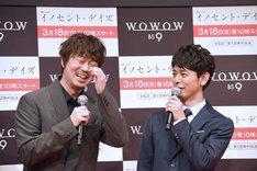 弁明する新井浩文(左)と妻夫木聡(右)。