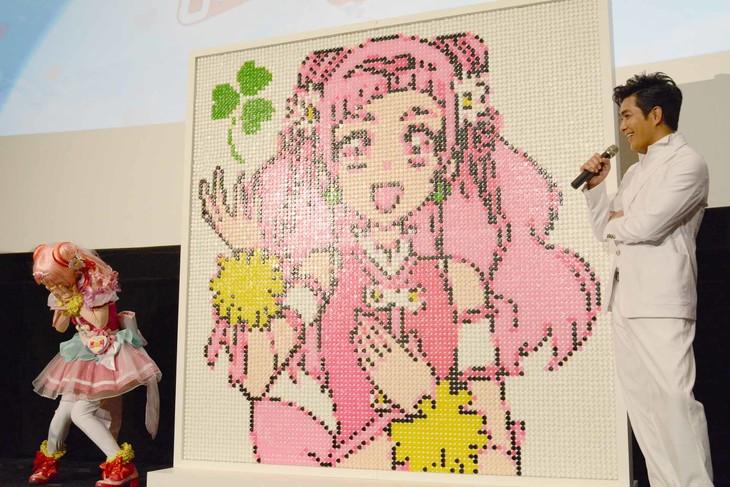 キャンディ1万粒で作られたモザイクアートと、北村一輝(右)の告白に恥ずかしがるキュアエール(左)。