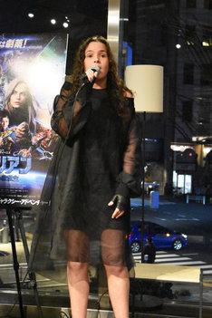 「A Million on My Soul」を歌うアレクシアン・シラ。