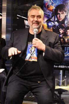 原作「ヴァレリアンとローレリーヌ」のイラストがプリントされたTシャツで登場したリュック・ベッソン。