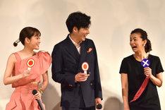 左から前田敦子、柄本佑、尾野真千子。