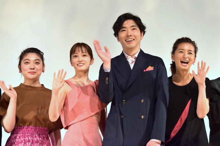 「素敵なダイナマイトスキャンダル」初日舞台挨拶の様子。左から三浦透子、前田敦子、柄本佑、尾野真千子。