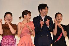 左から三浦透子、前田敦子、柄本佑、尾野真千子。