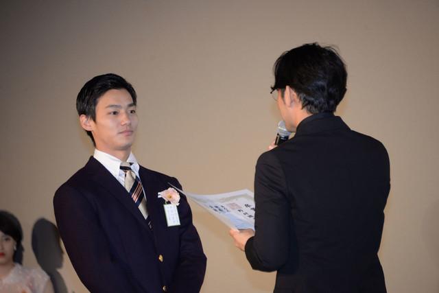 小泉徳宏(右)から卒業証書を授与される野村周平(左)。