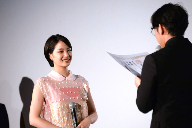 小泉徳宏(右)から卒業証書を授与される広瀬すず(左)。