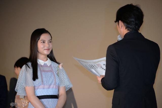 小泉徳宏(右)から卒業証書を授与される清原果耶(左)。