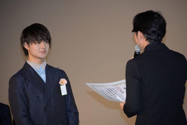 小泉徳宏(右)から卒業証書を授与される佐野勇斗(左)。
