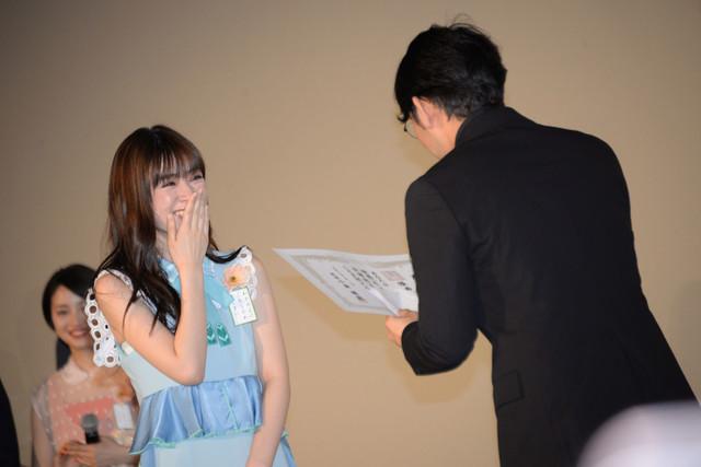 小泉徳宏(右)から卒業証書を授与される優希美青(左)。