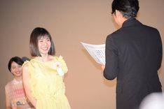 小泉徳宏(右)から卒業証書を授与される松岡茉優(左)。