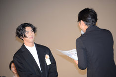 小泉徳宏(右)から卒業証書を授与される賀来賢人(左)。