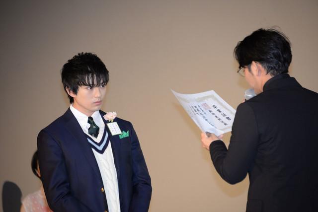 小泉徳宏(右)から卒業証書を授与される新田真剣佑(左)。
