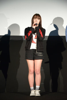 劇中と同じ衣装で登場した浅川梨奈。