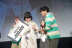 左から辻凪子、阪元裕吾。