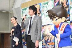 主題歌「零 -ZERO-」を歌う博多大吉(中央)を見守る、上戸彩(左)とコナン(右)。
