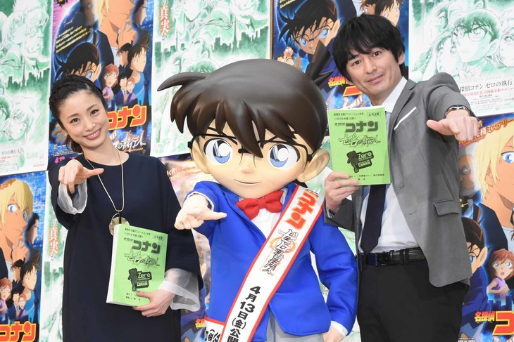 「名探偵コナン ゼロの執行人(しっこうにん)」公開アフレコイベントの様子。左から上戸彩、江戸川コナン、博多大吉。